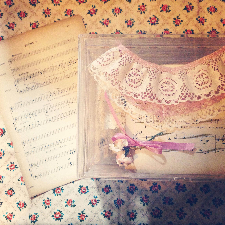 アンティークの楽譜とブローチを飾る