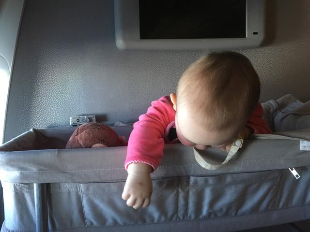 赤ちゃん、飛行機に乗る。
